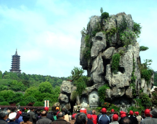 """""""梵乐喷泉""""为底部建筑,呈圆形,直径为33米;""""观音山群雕""""建于池中,高18"""