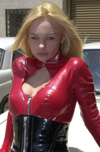转载穿红色皮衣的金发美女
