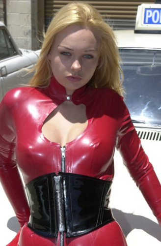 穿红色皮衣的金发美女