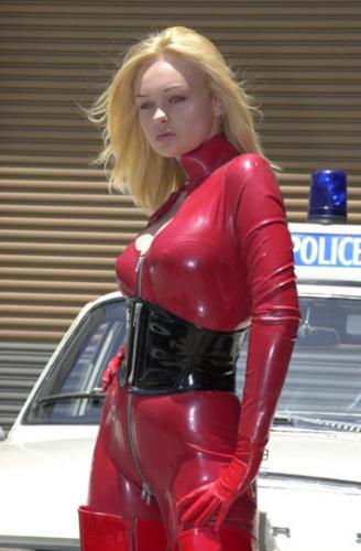 转载穿红色皮衣的金发美女 竖