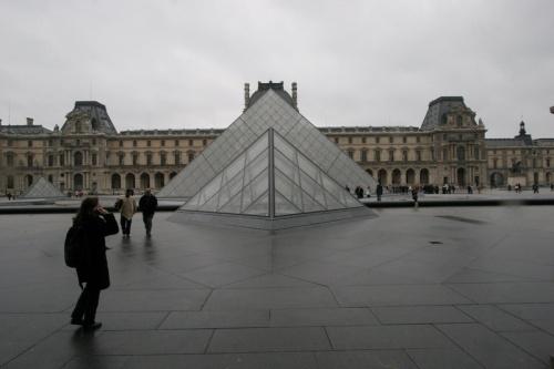 """卢浮宫""""玻璃金字塔""""不堪重负"""