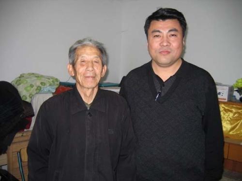 与老岳�y�)��,y�ay.�_对宋国熹先生早有耳闻,十年前,香港回归时,我老岳父编辑老教师的