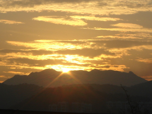 7:35分,早上好,太阳! 2007年1月1日,和倩在大鹏海边看日出.