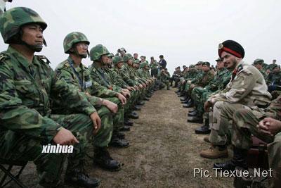 中外军人坐姿PK图片