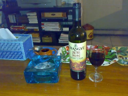 这样的节日,朋友们都陪家人和心爱的人一起过了, 一个人在家,喝着红酒图片