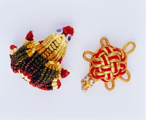 一个人编一个,每个都不一样,当然不是鱼了,还有好多各种各样的中国结